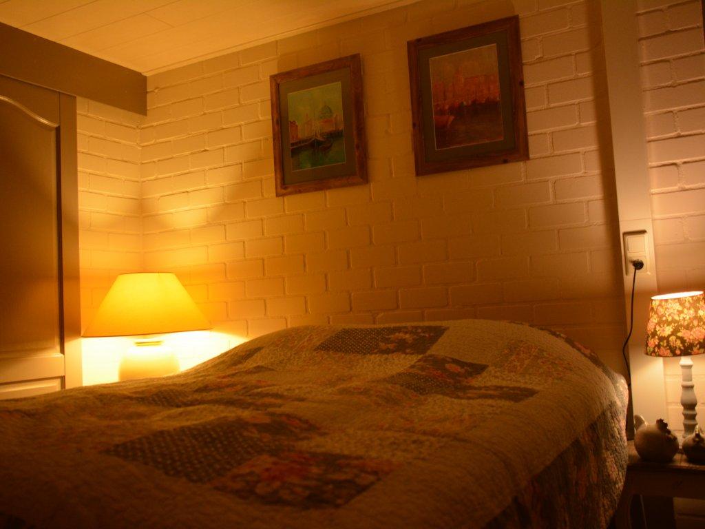 Schlafzimmer mit Badezimmer angrenzend